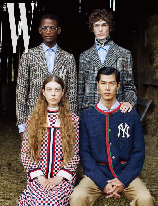루카스가 착용한 NY 자수 디테일의 포멀한 제노바 재킷, 푸른색 줄무늬 셔츠, 딜런이 착용한 빈티지 체크 울 코트, 빈티지 줄무늬의 푸른색 오버사이즈 셔츠, 스카프, 태은이 착용한 NY 자수와 웹 디테일이 돋보이는 울과 알파카 소재 재킷, 줄무늬 오버사이즈 셔츠, 사파리 포멀 팬츠, 케이가 착용한 격자무늬의 가드니아-멀티 컬러 울 재킷, 울 실크 소재의 터틀넥 이너웨어, 울 스커트는 모두 Gucci 제품.