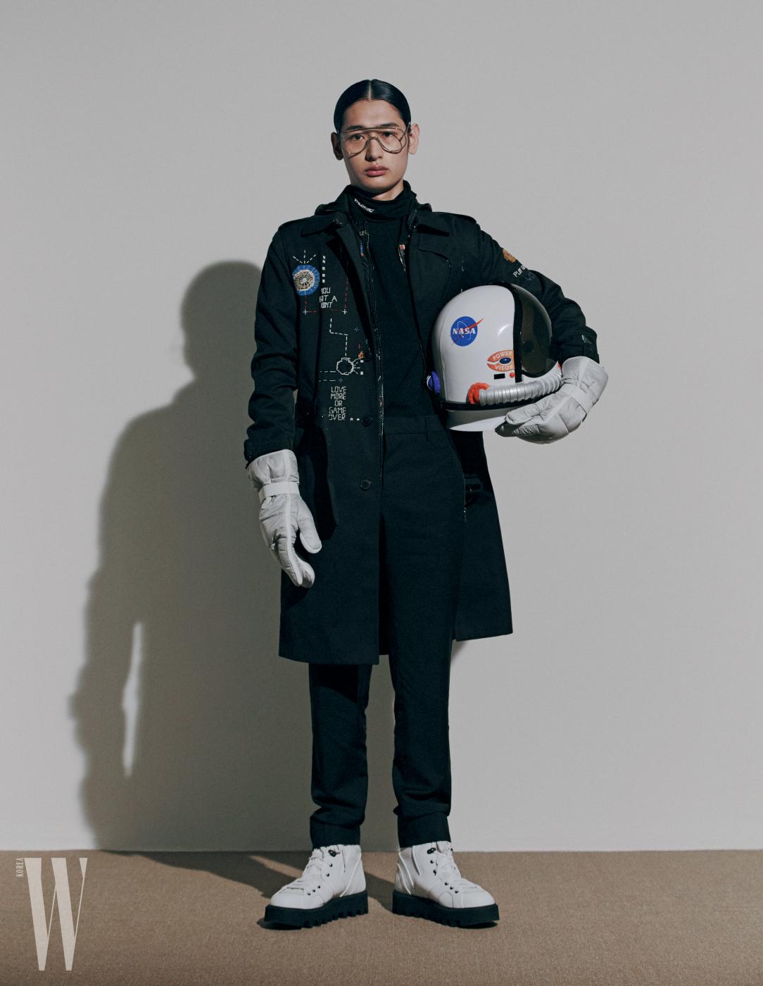실험실 연구원의 유니폼을 연상시키는 자수 장식 코트, 터틀넥 톱, 셔츠, 팬츠는 모두 발렌티노, 다운 장갑과 레이스업 부츠는 지제냐, 안경은 젠틀 몬스터 제품.