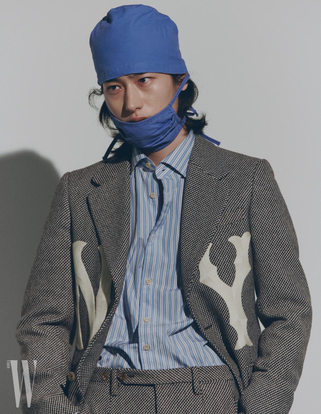 뼈 모티프 로고 재킷과 줄무늬 팬츠는 구찌 제품.