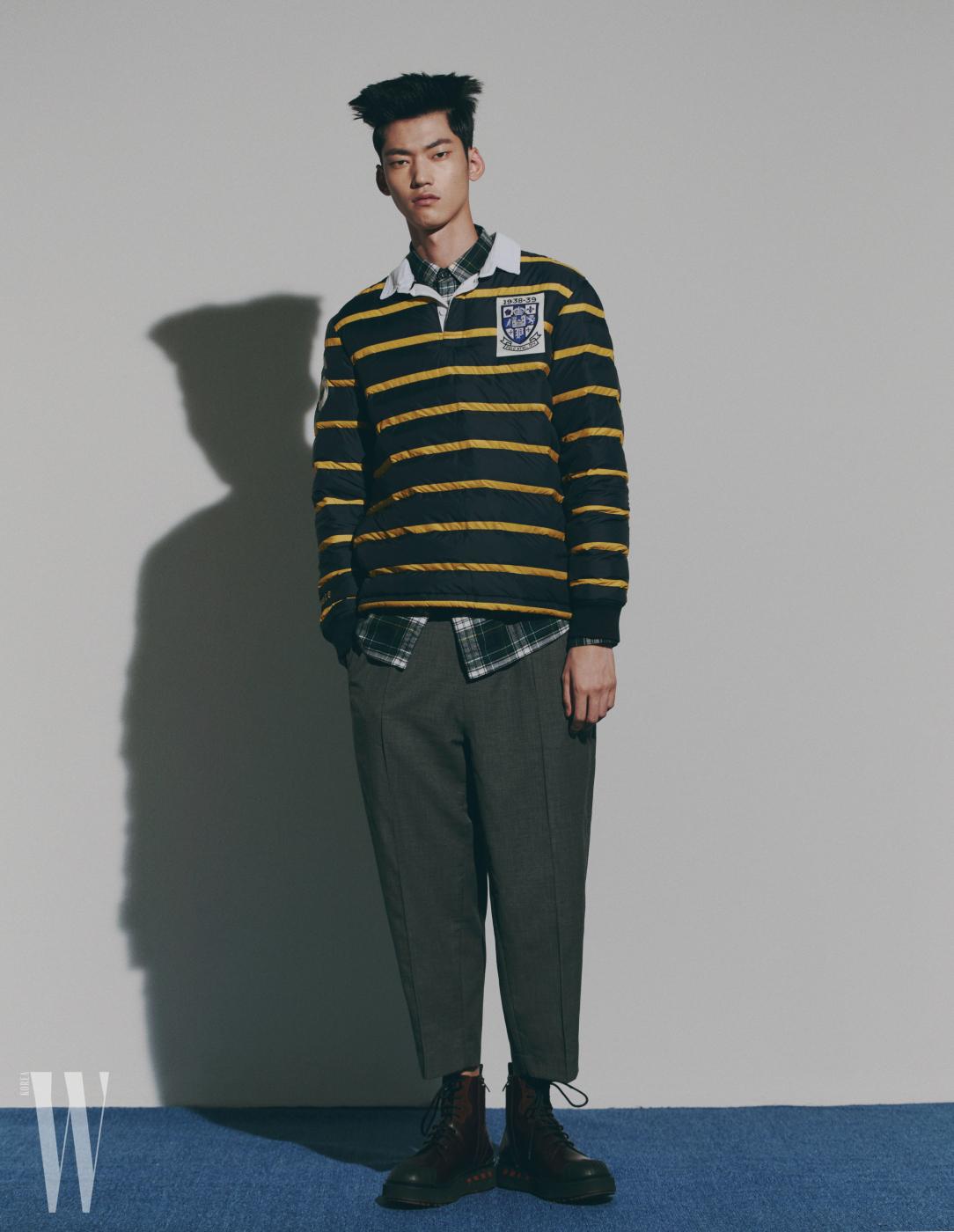 프레피 스타일의 폴로셔츠를 두툼하게 만든 톱, 체크 셔츠, 팬츠는 모두 폴로 랄프로렌, 버건디색 부츠는 발렌티노 가라바니 제품.