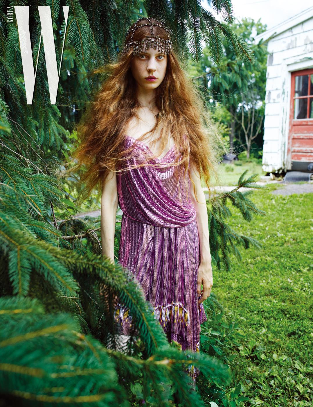 케이가 착용한 주얼 장식 헤드피스, 스트로베리 쿼츠 메탈릭 스트랩 드레스는 Gucci 제품.