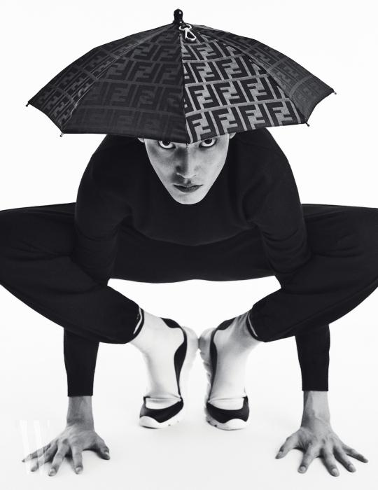 검은색 니트 톱과, 트레이닝 팬츠, 삭스 스니커즈, 우산 모자는 모두 펜디 제품. 모두 가격 미정.