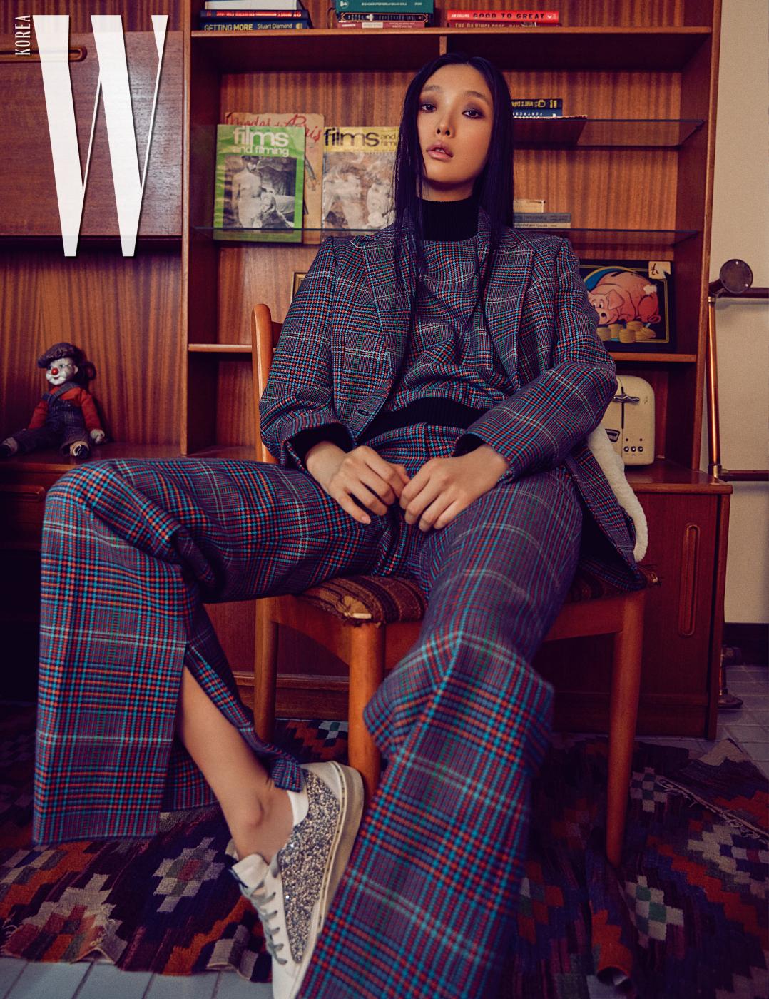 체크무늬 재킷, 터틀넥, 팬츠, 글리터 장식 스니커즈는 모두 Golden Goose Deluxe Brand 제품.