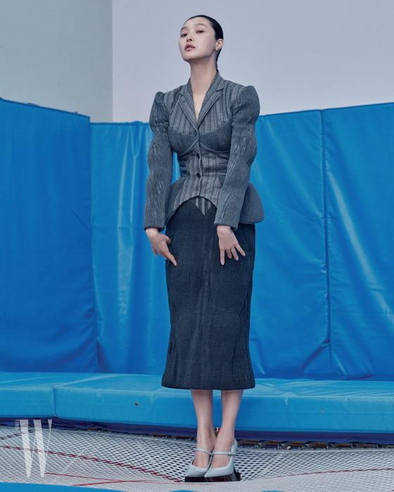 코르셋 디테일의 재킷과 패디드 펜슬 스커트, 메리제인 슈즈는 모두 톰 브라운 제품. 모두 가격 미정.