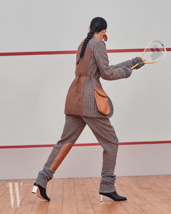 커다란 가죽 포켓이 달린 체크 재킷과 가죽 패치가 장식된 체크 팬츠, 앵클부츠, 골드 이어링은 모두 로에베 제품. 모두 가격 미정.