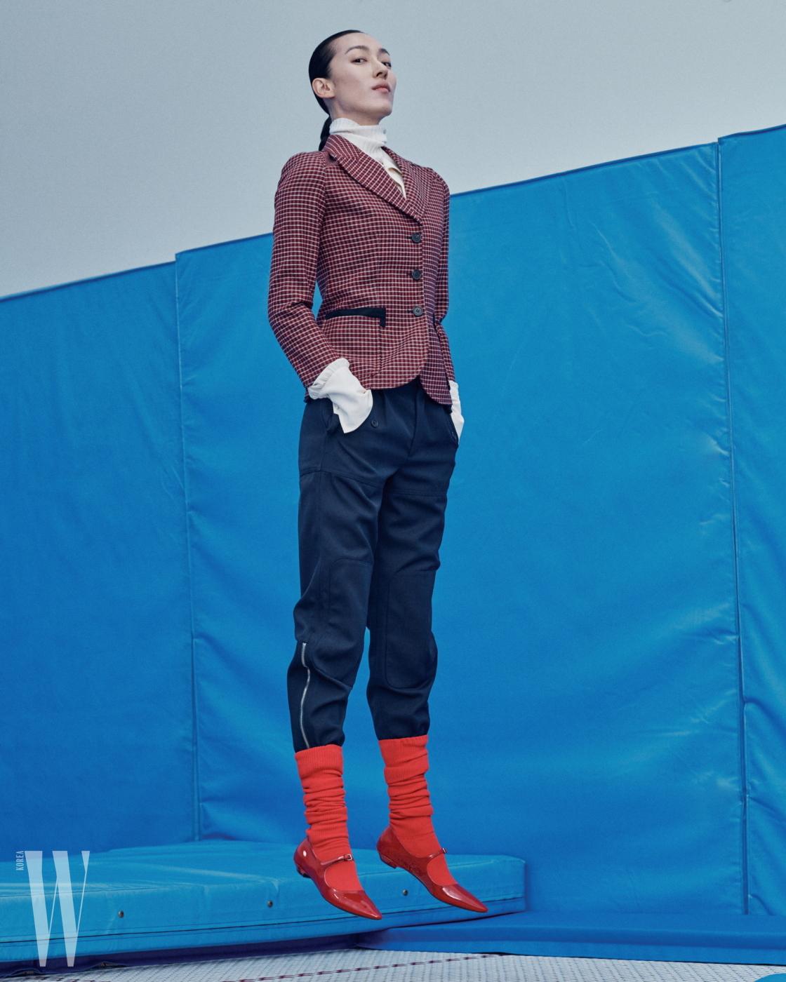하얀색 터틀넥과 안에 입은 실크 셔츠, 체크무늬 재킷과 네이비 승마 팬츠, 빨강 스포티 삭스는 모두 끌로에 제품. 모두 가격 미정. 빨강 메리제인 슈즈는 미우미우 제품. 가격 미정.