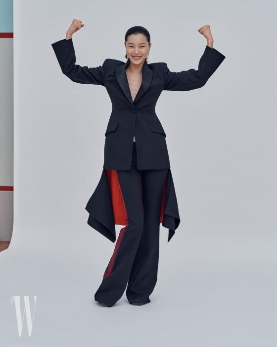 턱시도를 변형한 빨강 테일 슈트, 라이닝이 들어간 팬츠, 비대칭 진주 이어링과 슈즈는 모두 알렉산더 매퀸 제품. 모두 가격 미정.