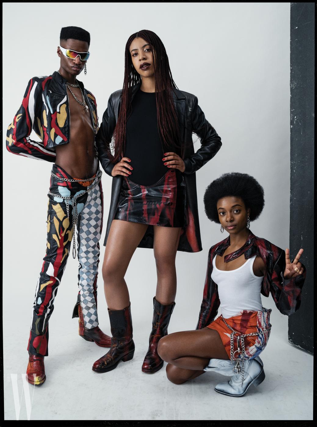모델 트레이 게스킨과 디자이너 모와로라 오건레시, 맨 오른쪽 사진가 리아 딜런의 옷과 액세서리 모두 모와로라 오건레시. 오건레시가 입은 보디슈트는 월포드, 딜런이 입은 탱크톱은 빈스 제품.