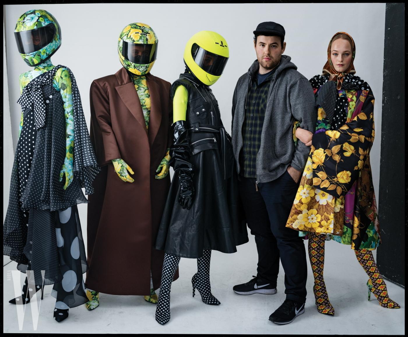 맨 오른쪽에 있는 모델 진 캠벨과 나머지 모델들의 룩은 모두 리처드 퀸. 리처드 퀸이 입은 옷은 개인 소장품.