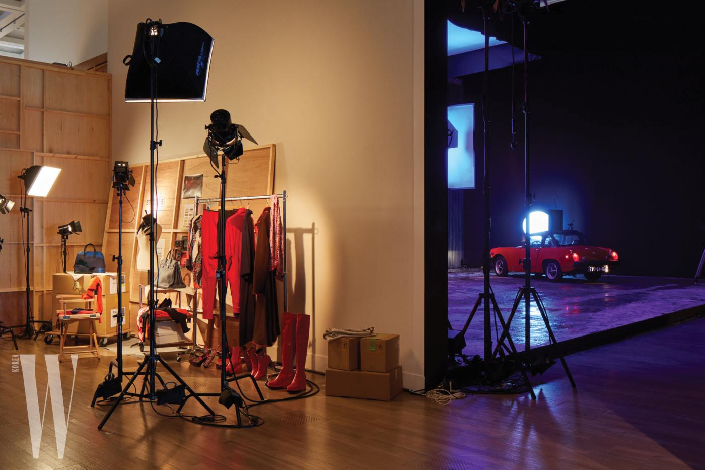 신비로운 여인의 자취를 좇는 한 작가의 스토리를 독창적으로 담은 에르메스 극장의 스테이지5 - 연인의 회상을 다룬 공간. 에르메스의 F/W 시즌 여성 컬렉션으로 구성된 촬영장 백스테이지와 자동차가 놓인 세트장으로 구성되었다