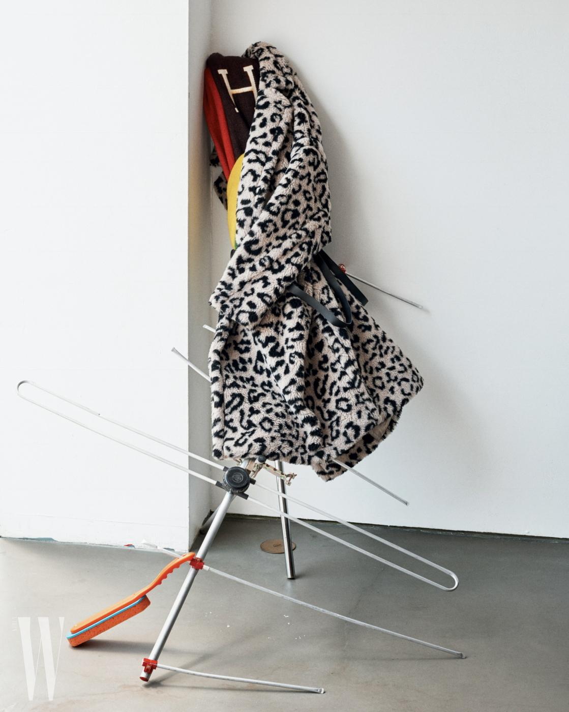 레오퍼드 프린트의 맥시 코트는 막스마라 제품. 가격 미정.