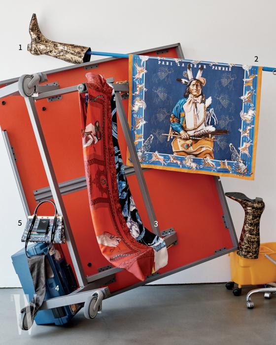1. 빈티지 골드 부츠는 샤넬 제품. 가격 미정. 2. 인디언의 초상화가 프린트된 실크 스카프는 에르메스 제품. 가격 미정. 3. 청둥오리와 자연물이 프린트된 실크 드레스는 살바토레 페라가모 제품. 가격 미정. 4 . 검은색 롱 장갑은 막스마라 제품. 가격 미정.5 . 박스 위에 놓은 일렉트로닉 프린트 백은 루이 비통 제품. 가격 미정.