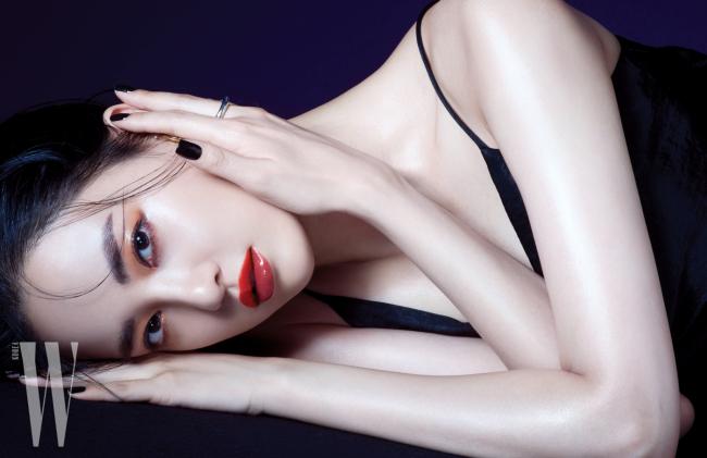 검정 슬립 원피스는 Zara, 이어 커프와 반지는 Portrait Report 제품.