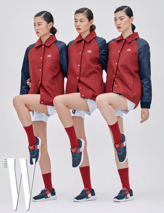 패브릭 믹스 코치 재킷, 보이 쇼츠, 빅 플래그 경량 메시 스니커즈는 모두 Tommy Hilfiger 제품.