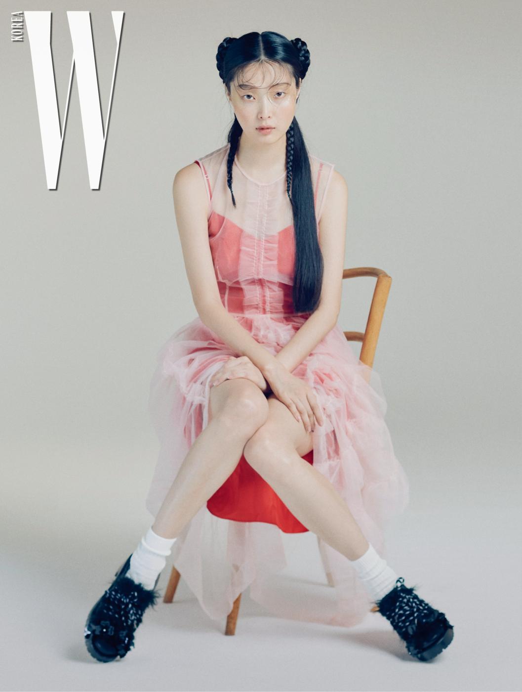 여성스러운 분홍색 시스루 드레스와 빨강색 슬립 드레스, 소녀 무드의 꽃, 퍼 장식과 산악화 모티프의 끈이 어우러진 슈즈는 모두 4 Moncler Simone Rocha 제품.