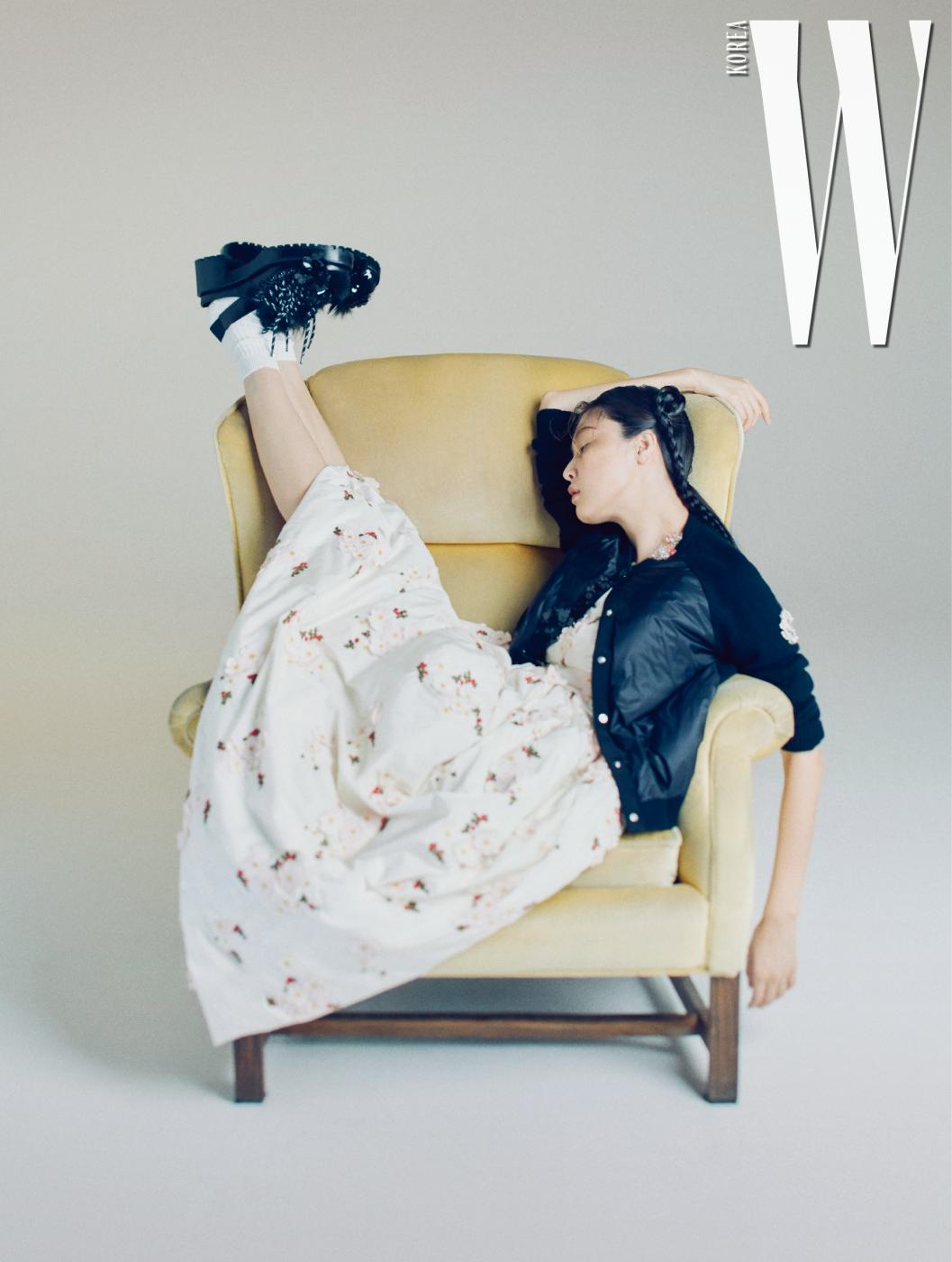 입체적인 꽃 장식의 패딩 드레스, 니트 카디건, 꽃과 퍼 장식의 레이스업 샌들은 모두 4 Moncler Simone Rocha 제품.