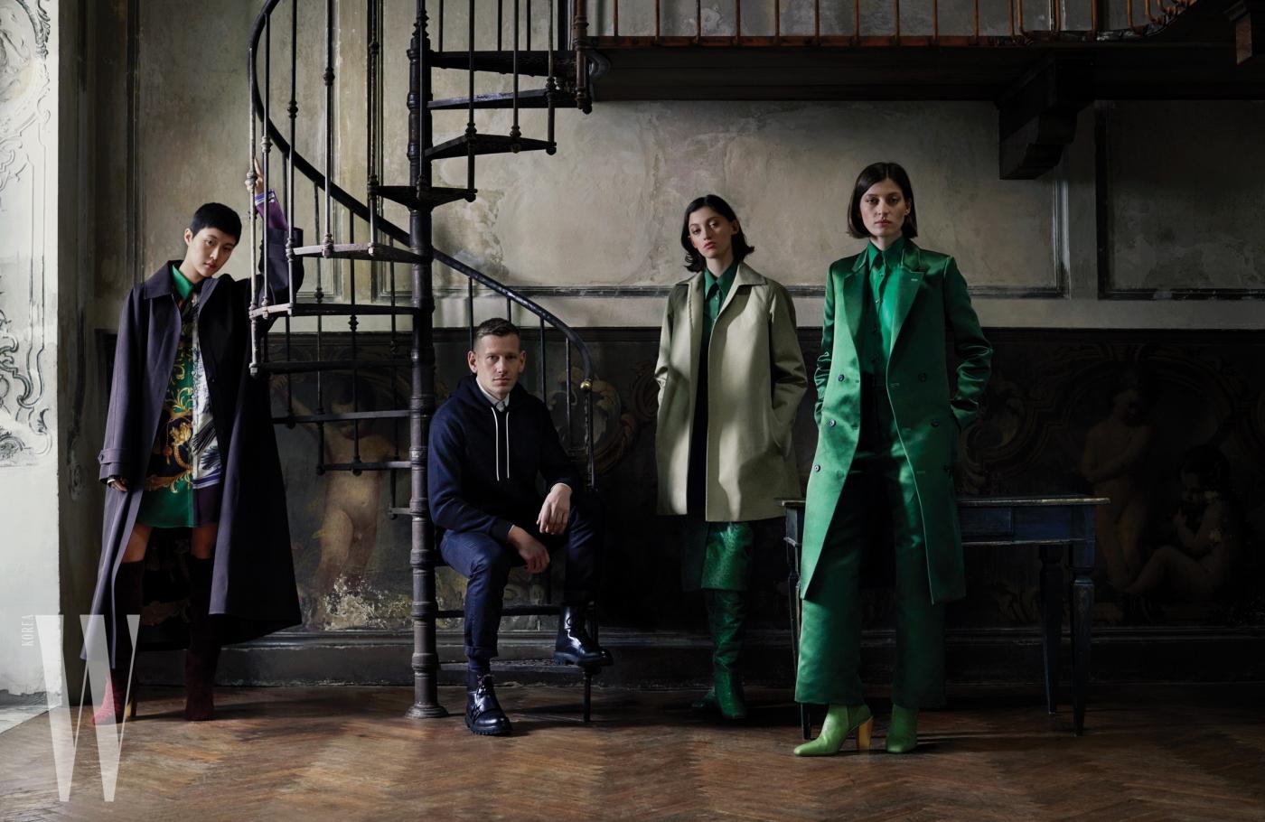 자신의 첫 페라가모 레디투웨어 데뷔 컬렉션 의상을 입은 모델들과 함께한 폴 앤드루.