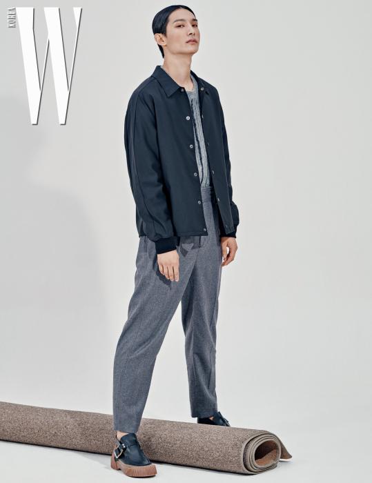 박형섭이 입은 검은색 재킷, 울 스웨터, 멜란지 팬츠, 슈즈는 모두 3.1 Phillip Lim 제품.