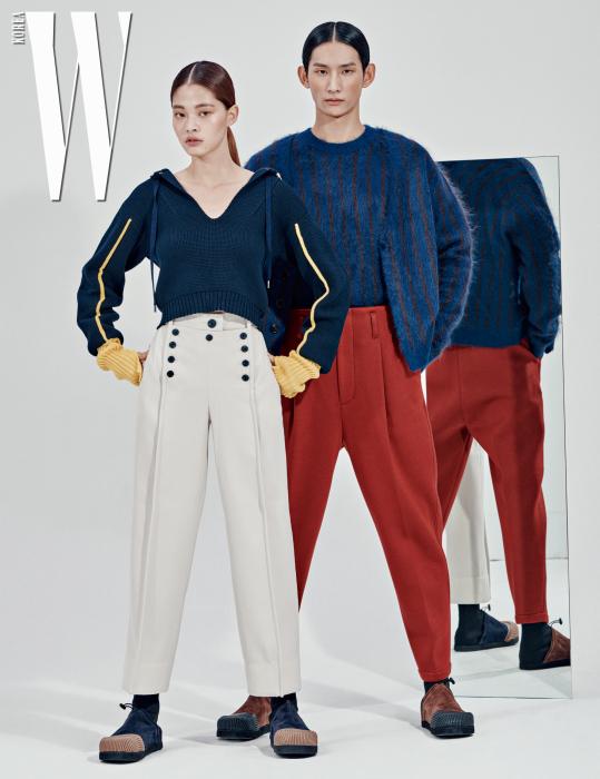 김아현이 입은 후드가 달린 톱, 버튼 장식 팬츠, 슈즈는 모두 3.1 Phillip Lim 제품. 박형섭이 입은 앙고라 니트 카디건과 톱, 빨간 핀턱 팬츠, 슈즈는 모두 3.1 Phillip Lim 제품.