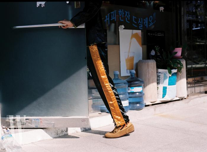 리본 장식 드라이빙 슈즈와 트레이닝 팬츠는 모두 보테가 베네타 제품. 가격 미정