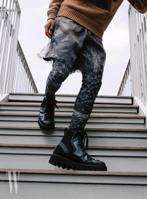 검정 테크메리노 삭스 하이킹 부츠는 지제냐 제품. 가격 미정. 반바지와 로고 패턴 레깅스는 루이 비통 제품. 가격 미정.