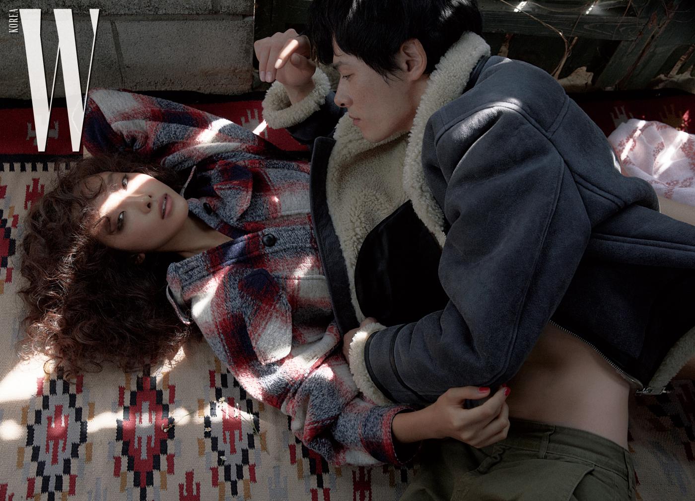 곽지영이 입은 도톰한 체크무늬 아우터는 Isabel Marant Etoile 제품. 김원중이 입은 시어링 무톤과 카키색 팬츠는 Isabel Marant Homme 제품.