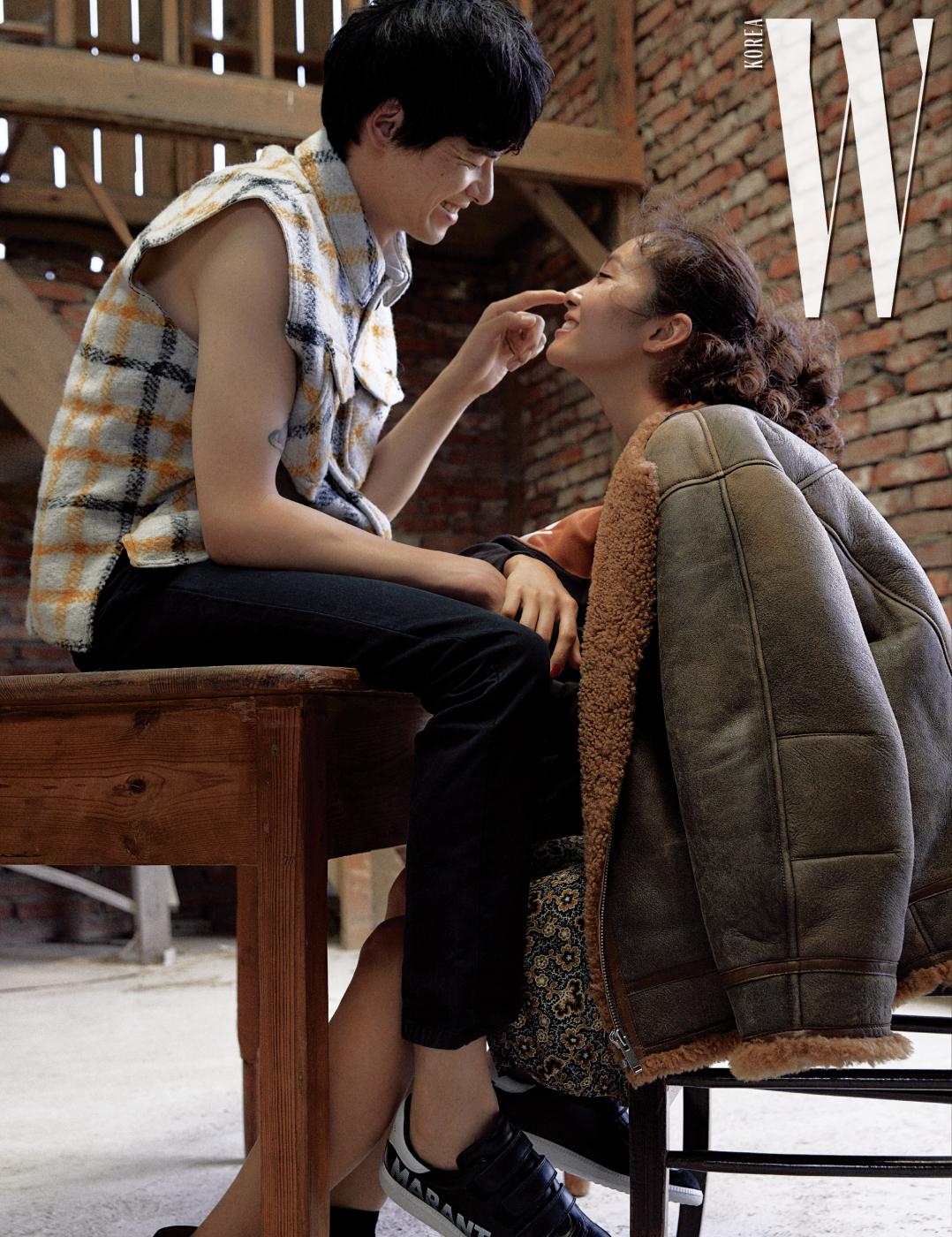 김원중이 입은 체크무늬 슬리브리스 재킷과 네이비색 면 팬츠, 벨크로 스니커즈는 Isabel Marant Homme 제품. 곽지영이 입은 빈티지 워싱이 멋진 갈색 시어링 재킷은 Isabel Marant Etoile 제품.