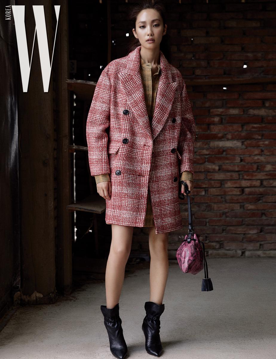 실루엣이 멋진 체크무늬 코트와 빈티지한 셔츠 원피스는 Isabel Marant Etoile, 주름 장식 앵클부츠와 파이톤 가죽 백은 Isabel Marant 제품.