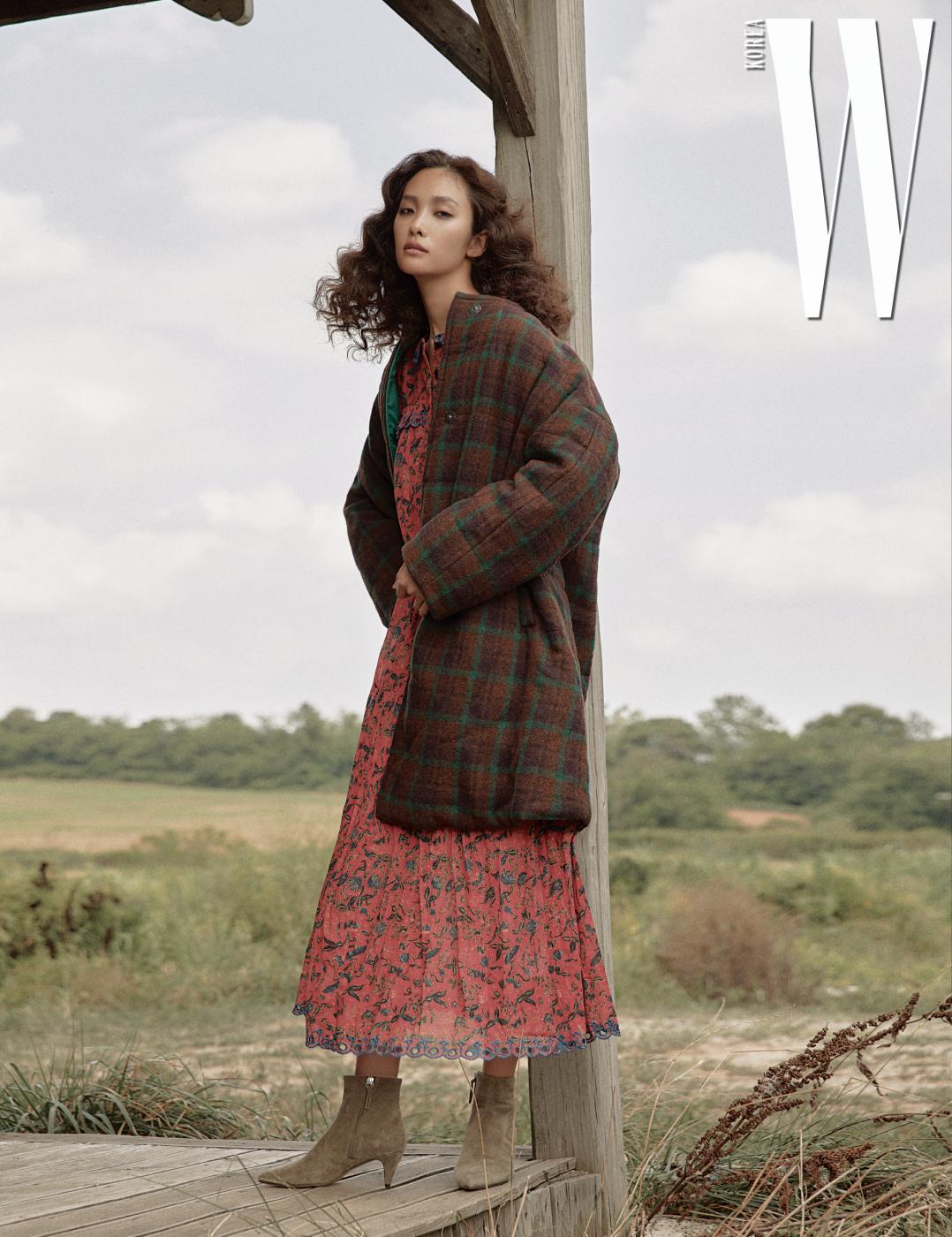어깨가 둥근 체크무늬 아우터와 스웨이드 부츠는 Isabel Marant, 보헤미안풍 꽃무늬 롱 원피스는 Isabel Marant Etoile 제품.