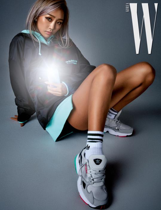 윈드 브레이커, 후드 집업, 삭스, 팔콘 스니커즈는 모두 adidas Originals 제품. 각각 15만9천원, 11만9천원, 가격 미정, 10만9천원. 귀고리는 High Cheeks 제품. 휴대폰 케이스는 Uniqmoment 제품.