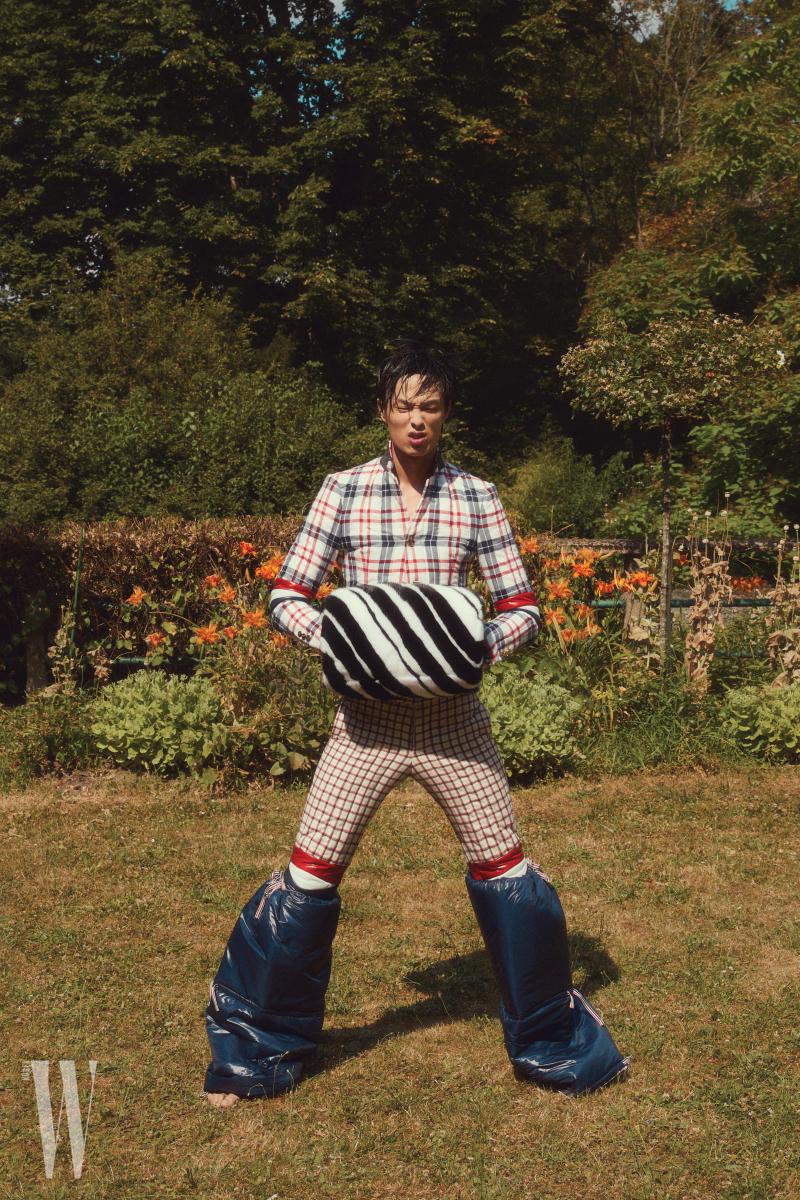 재킷, 팬츠, 퍼 소재 머프와 패딩 소재 발 토시는 모두 Thom Browne 제품.