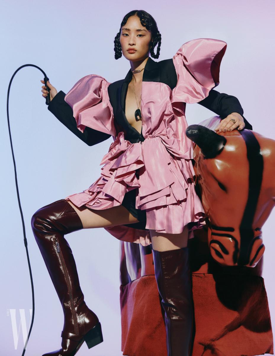 빅 러플 장식 재킷은 알렉산더 매퀸 제품. 가격 미정. 사이하이 부츠는 끌로에 제품. 가격 미정. 초커는 디올 제품. 60만원. 웨스턴 무드 목걸이는 코치 1941 제품. 가격 미정.