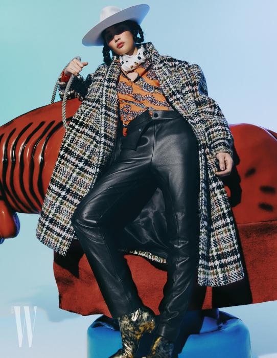 코트는 미우미우 제품. 가격 미정. 실크 블라우스, 가죽 팬츠, 스카프, 모자는 모두 에르메스 제품. 가격 미 정부.츠는 샤넬 제품. 가격 미정.