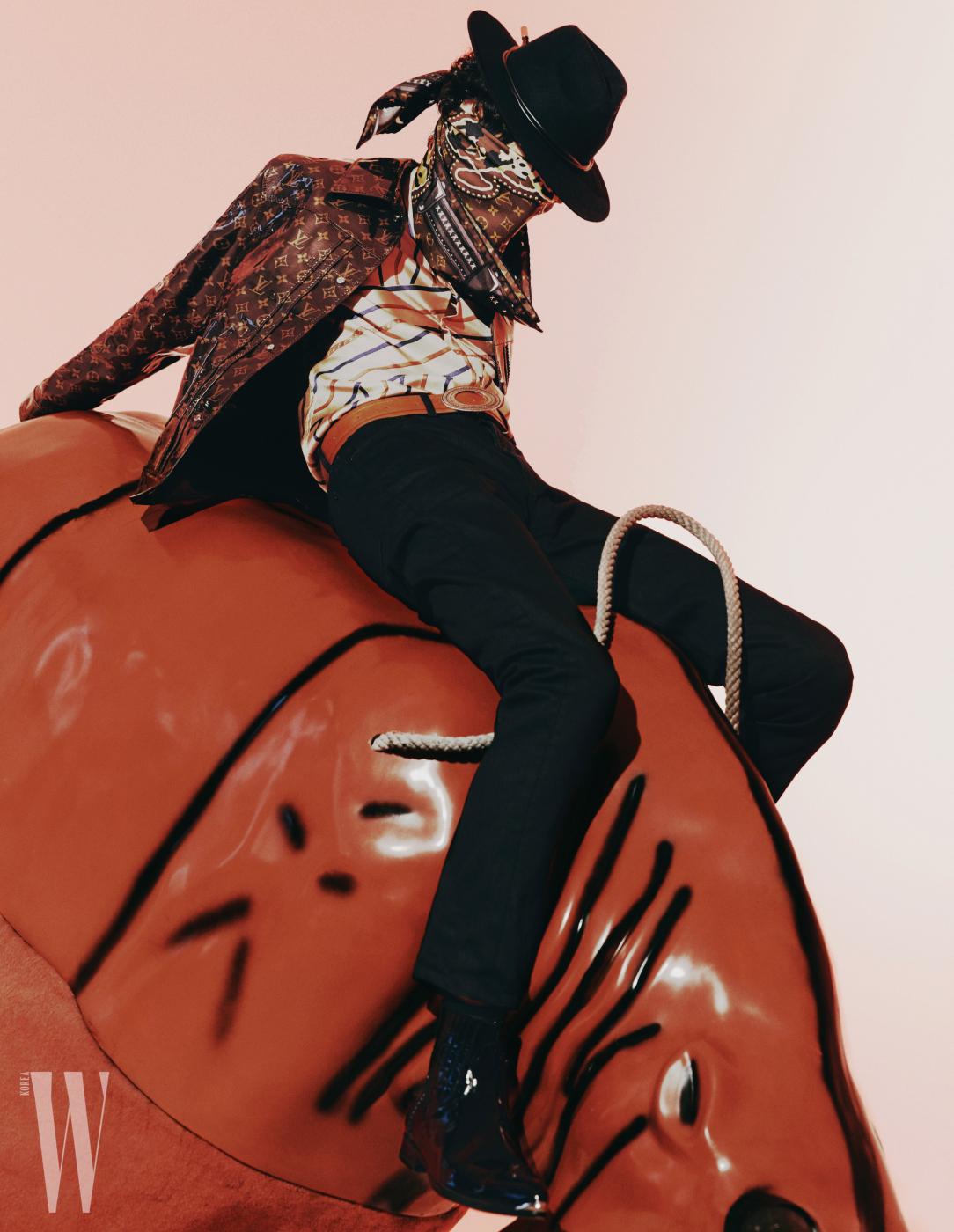 로고 패턴 재킷, 팬츠, 스카프는 모두 루이 비통 제품. 재킷은1천 30만원, 팬츠, 스카프는 가격 미정. 실크 셔츠는 펜디 제품1. 백45만원. 모자는 앤아더스토리즈 제품. 6만9천원. 벨트, 부츠는 우영미 제품. 가격 미정.