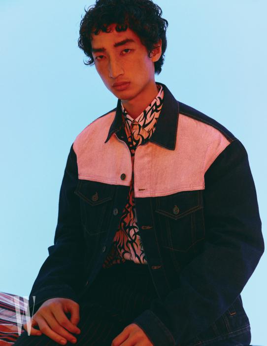 데님 재킷은 포츠 브이 제품. 30만원대. 프린트 셔츠는 디올 제품. 1백만원.