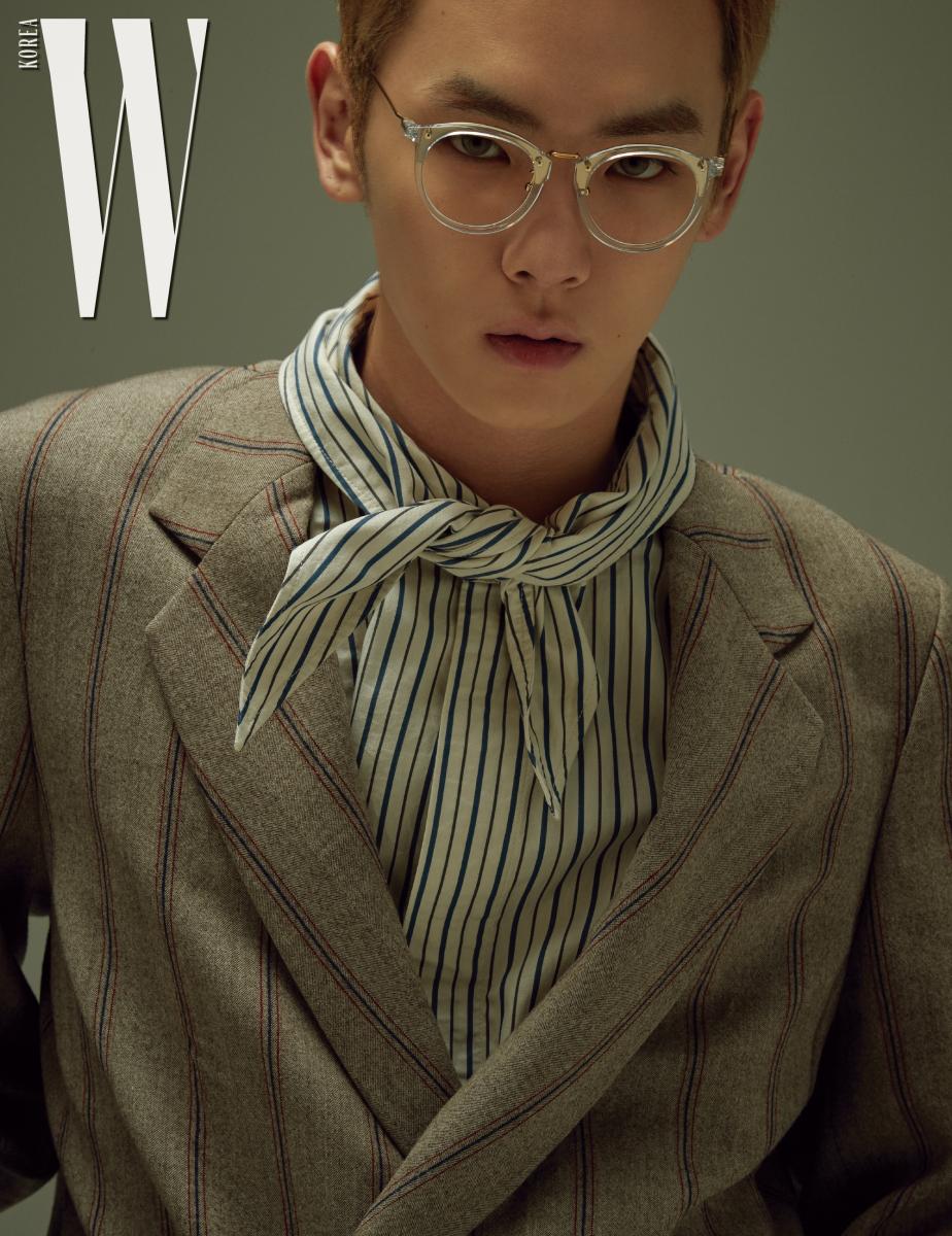 줄무늬 셔츠와 재킷은 모두 Wooyoungmi, 안경은 Paul Hueman 제품.