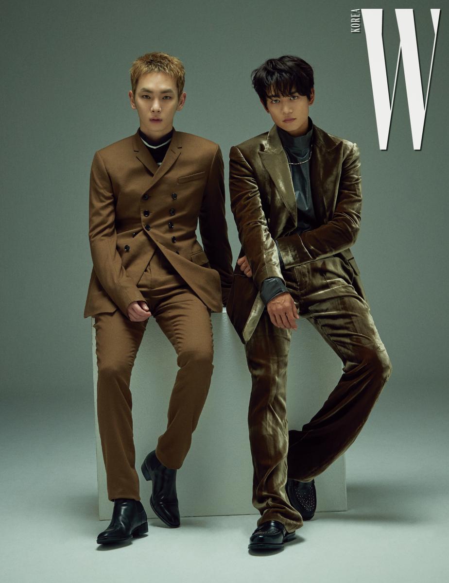 키가 입은 더블브레스트 슈트는 Dior Homme, 터틀넥은 3.1 Philip Lim 제품, 슈즈는 스타일리스트 소장품. 민호가 입은 벨벳 슈트는 Kimseoryong, 셔츠는 B Slash B, 슈즈는 Church's 제품.