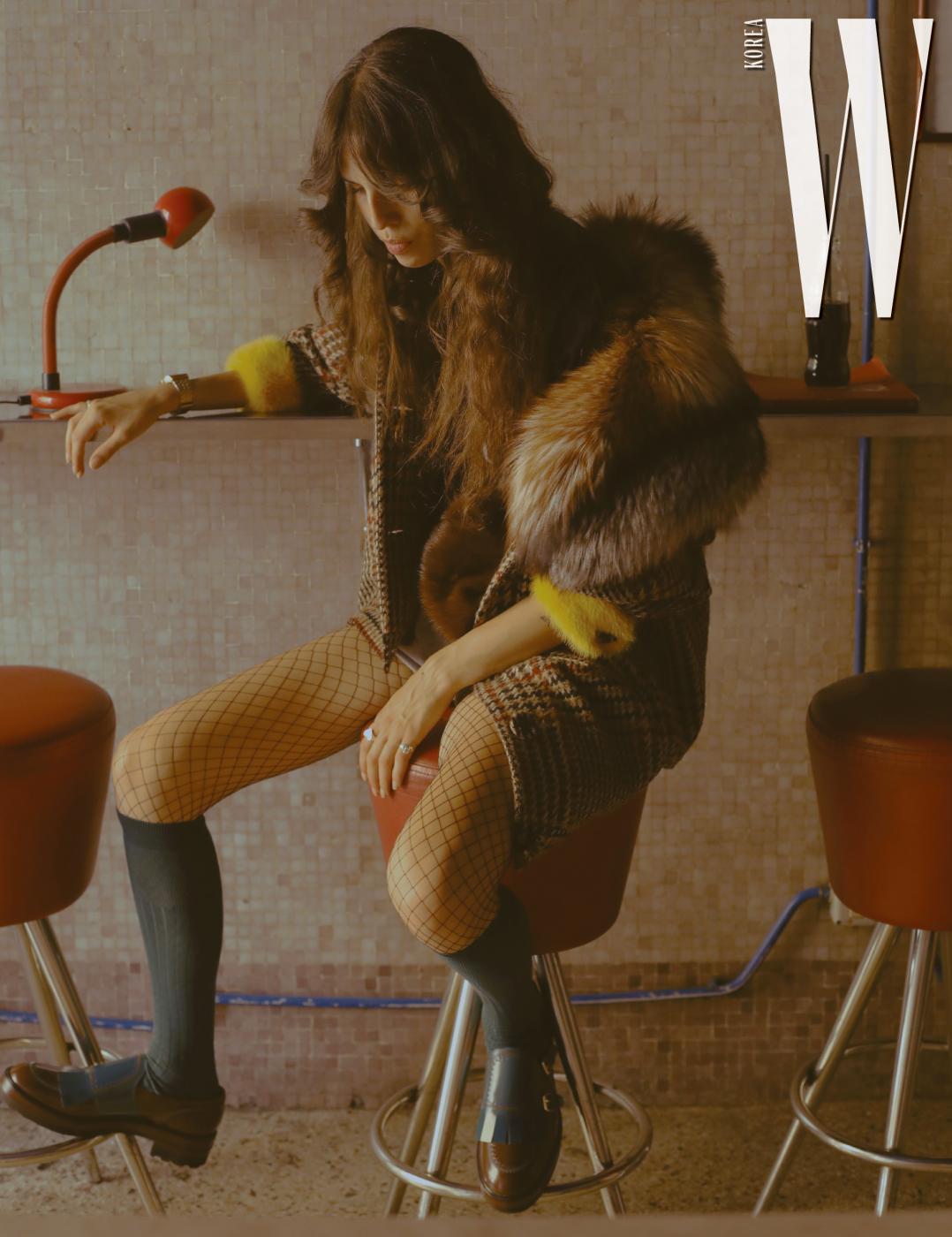 노란 퍼 트리밍 장식 체크 재킷, 갈색 퍼 크로스백은 Simonetta Ravizza 제품. 로퍼는 Fratelli Rossetti 제품. 서티 세컨드 투 마스 티셔츠, 쇼츠, 삭스는 모두 스타일리스트 소장품.