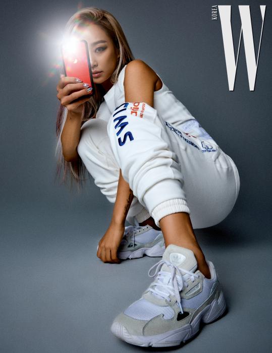 아디브레이크 탱크톱, 겹쳐 입은 2개의 스웨트 팬츠, 팔콘 스니커즈는 모두 adidas Originals 제품. 각각 7만9천원, 11만9천원, 10만9천원. 휴대폰 케이스는 Uniqmoment 제품.