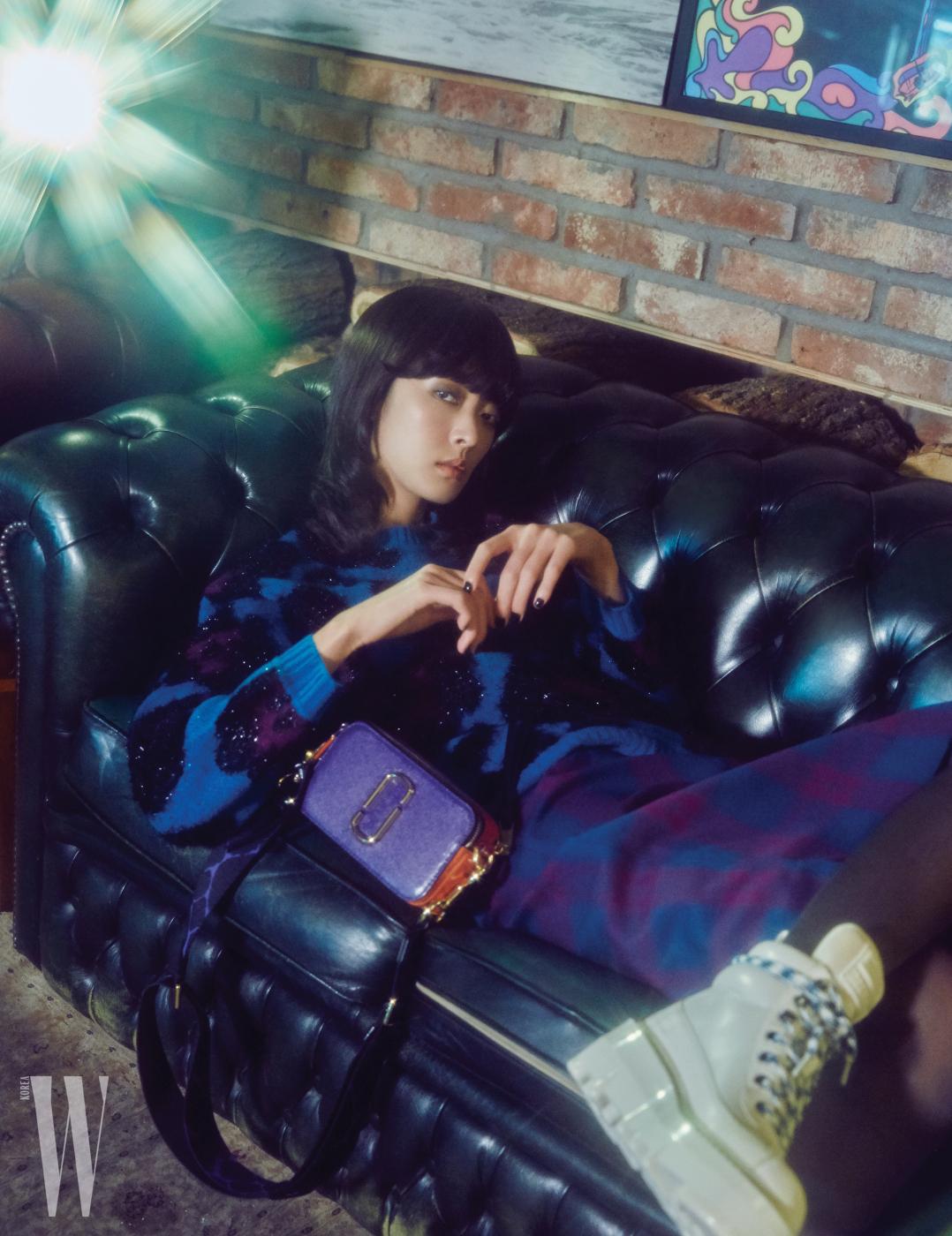 볼드한 레오퍼드 자카드 니트, 체크무늬 스커트, 컬러 블록 카메라 백과 화이트 레이스업 부츠는 모두 Marc Jacobs 제품.