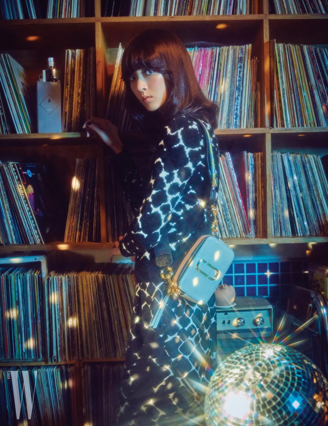 실크 원피스와 니트, 카메라 백은 모두 Marc Jacobs 제품.