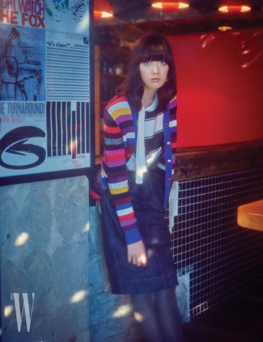 줄무늬 니트 카디건, 타이넥 니트 스웨터, 데님 스커트는 모두 Marc Jacobs 제품.
