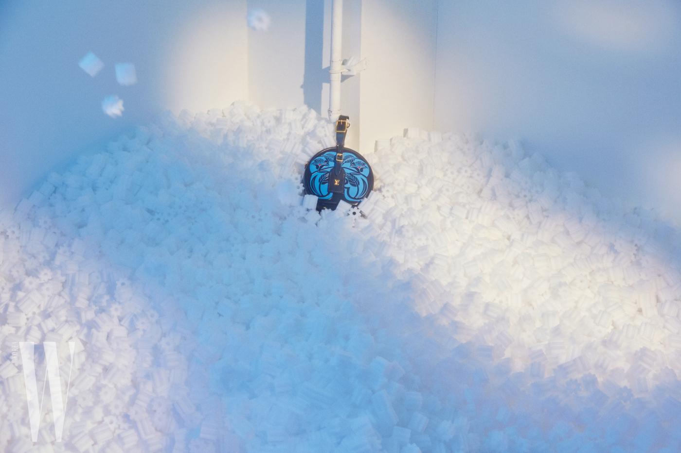 그래픽적인 꽃무늬가 인상적인 쁘띠뜨 부아뜨 샤포 백은 루이 비통 제품. 5백33만원.