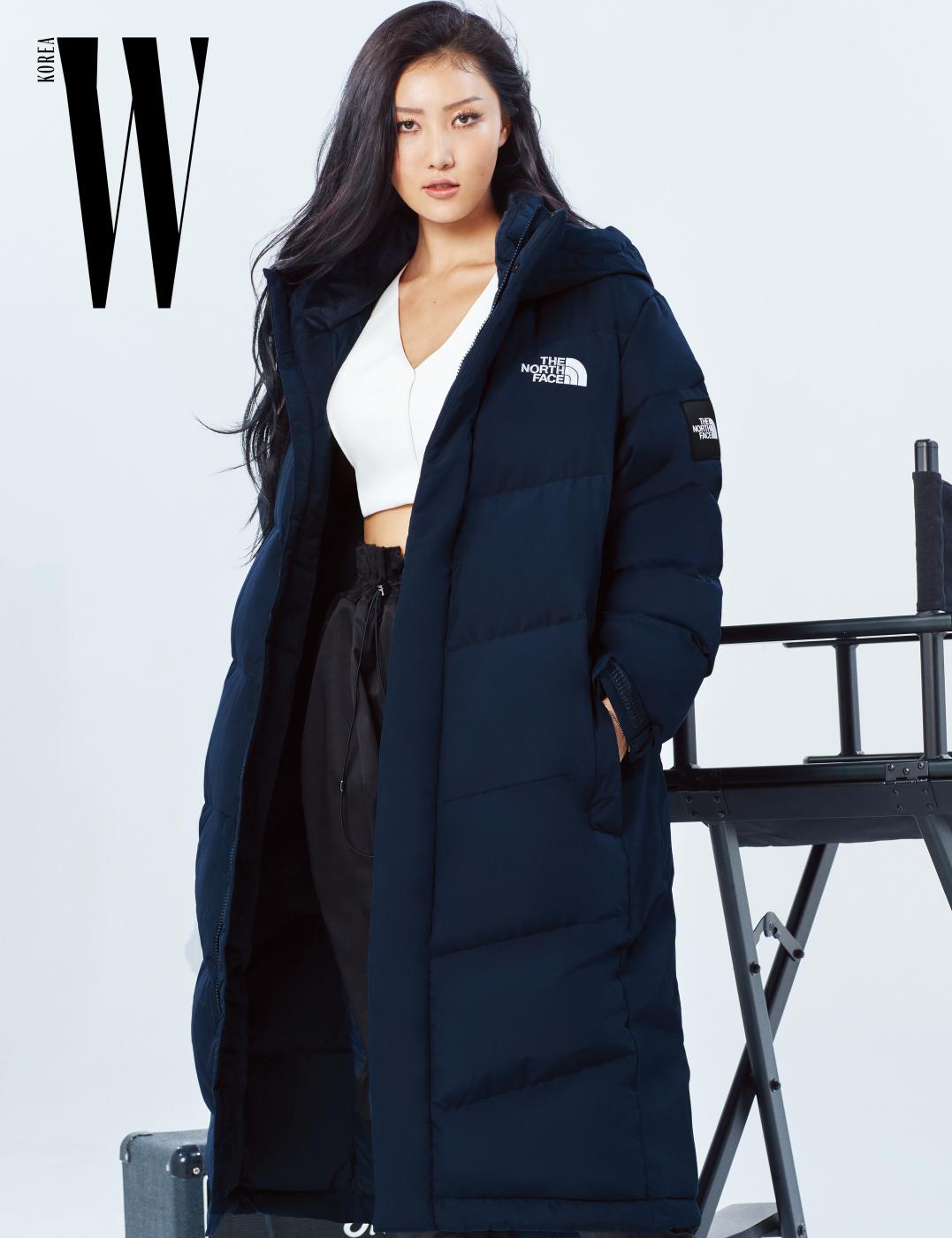 베이식한 디자인이 돋보이는 다크 네이비 컬러의 익스플로링 2 엑소 코트 (Exploring 2 Exo Coat)는 29만원. The North Face 제품.