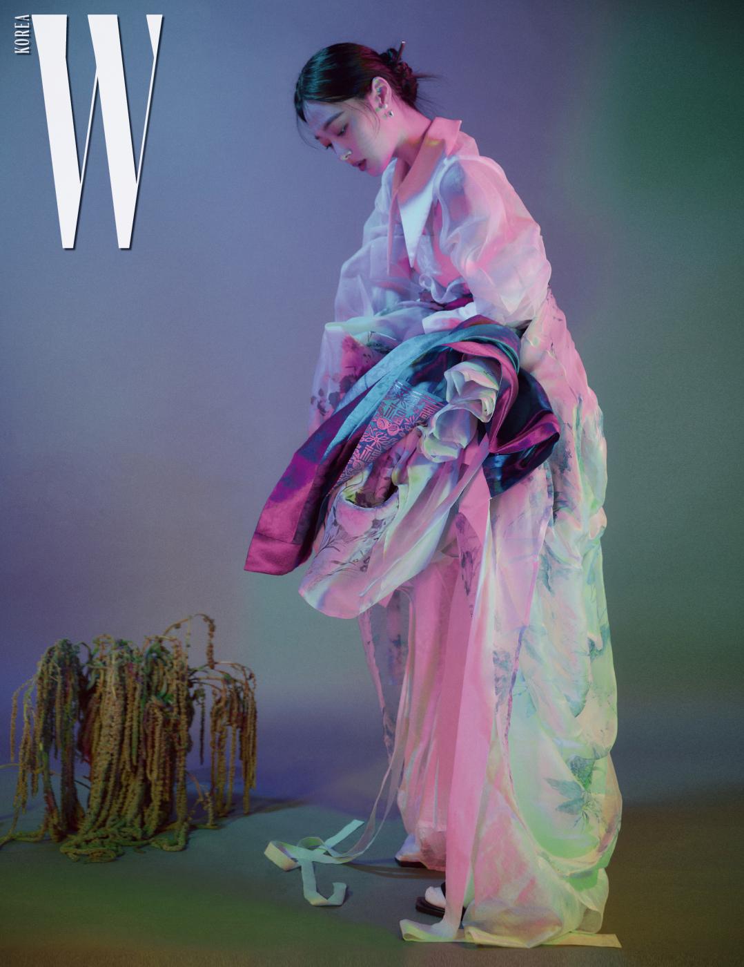 흰색과 하늘색이 섞인 꽃무늬 비대칭 한복 드레스는 Tchai Kimyoungjin, 겹쳐 입은 푸른색 한복 치마는 Hanbok Lynn, 에메랄드색 꽃무늬 한복 치마는 Tchai Kimyoungjin, 버선은 Hanbok Lynn, 앤티크한 헤어 장식은 Minwhee Art Jewelry, 슈즈는 Alexander McQueen 제품. 오간자 소재의 빅 칼라 블라우스는 스타일리스트 소장품.