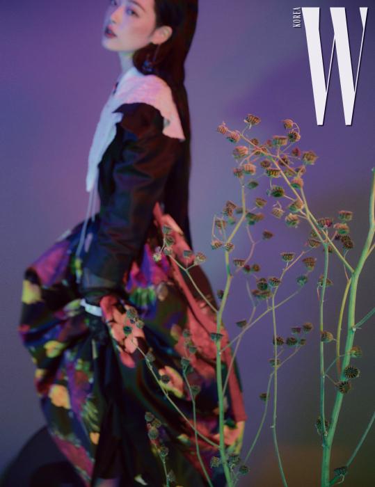 큼직한 칼라가 장식된 검정 드레스는 The Tint, 겹쳐 입은 저고리는 Tchai Kimyoungjin, 꽃무늬 스커트는 Michael Kors Collection, 댕기는 Hanbok Lynn 제품.