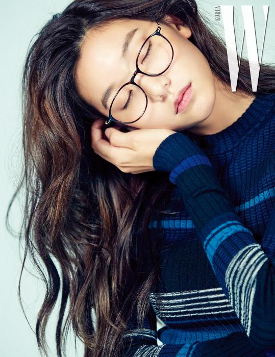 줄무늬 니트 원피스는 프로엔자 스쿨러, 가는 뿔테 안경은 폴 휴먼 제품.