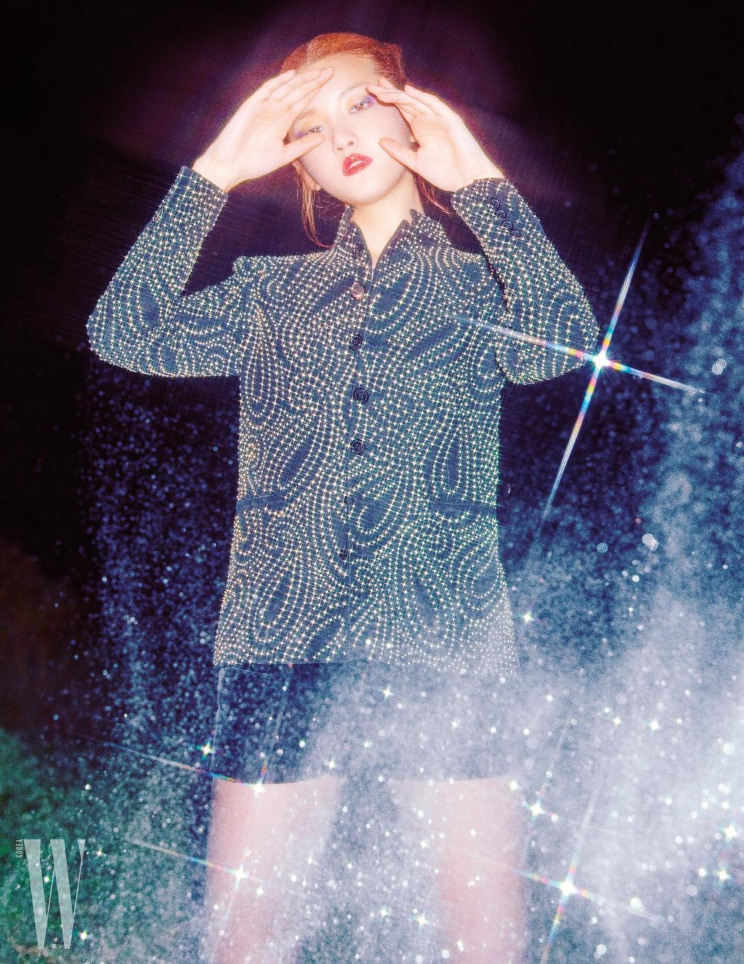 스터드 장식 재킷은 생로랑 by 안토니 바카렐로 제품. 가격 미정.