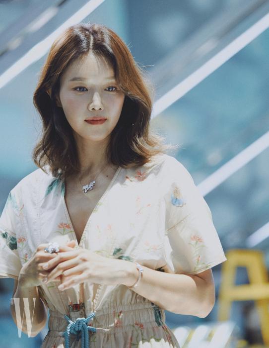 채정안은 화사한 드레스에 다이아몬드 클러스터 펜던트 목걸이, 반지, 티파니 하드웨어 볼 바이패스 뱅글을 착용했다.