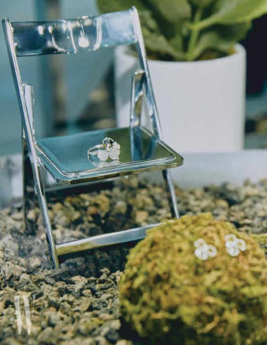 유연한 꽃잎 모양에 라운드 컷 다이아몬드를 세팅한 티파니 페이퍼 플라워 컬렉션.